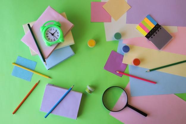 Papeterie de réveil de livres sur le concept d'éducation de table de nouveau à l'école