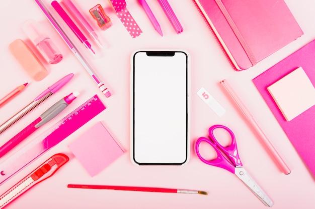Papeterie scolaire rose avec téléphone au centre