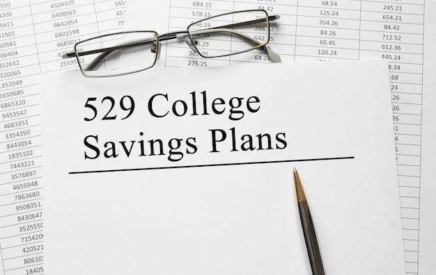 Papier avec 529 régimes d'épargne du collège sur une table