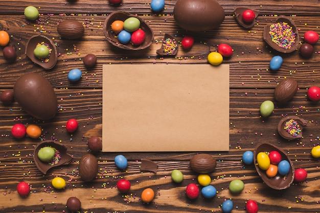 Papier artisanal au milieu des bonbons de pâques