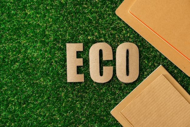 Papier artisanal sur l'herbe, concept de recyclage, vue de dessus