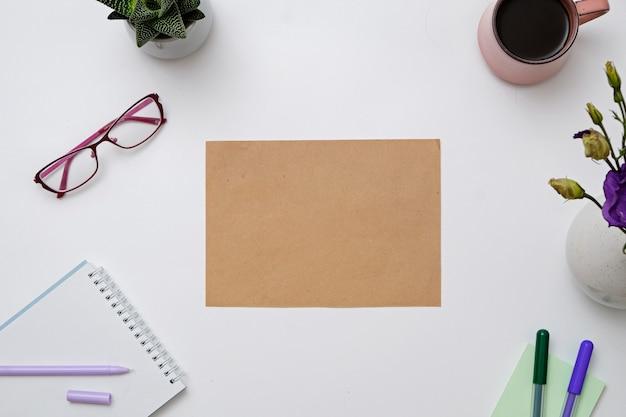 Papier d'artisanat et fleurs violettes sur un bureau