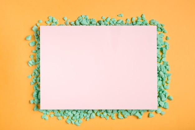 Papier artistique et coloré sur table