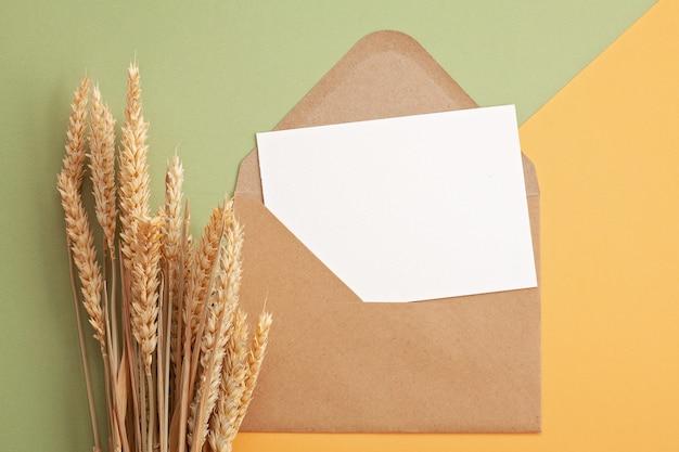 Papier aux couleurs pastel d'automne avec espace de décoration et copie