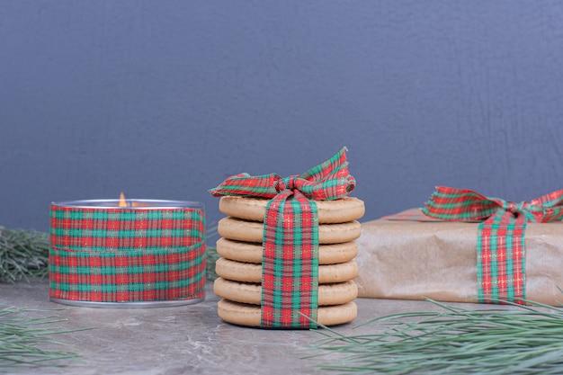 Papier à Biscuits Avec Une Boîte Cadeau En Carton Autour Photo gratuit