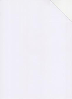 Le papier blanc a4 est plié en coin.