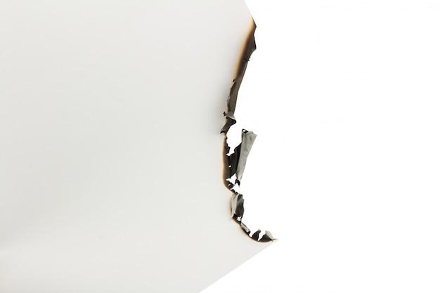 Papier blanc brûlé sur un fond blanc. espace