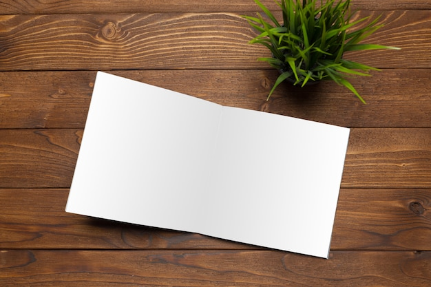 Papier blanc sur le bureau