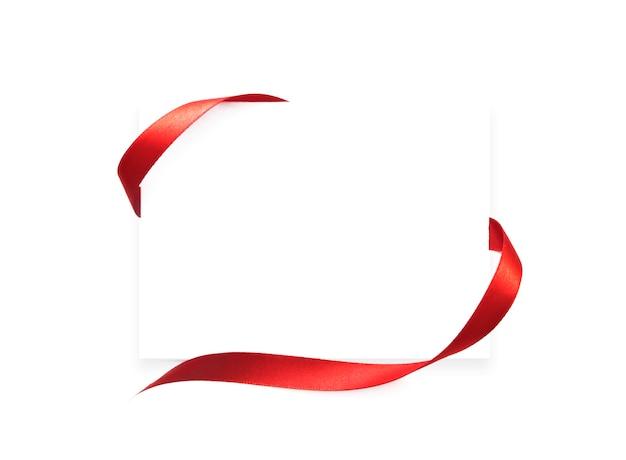 Papier blanc avec cadre ruban rouge avec copyspace.