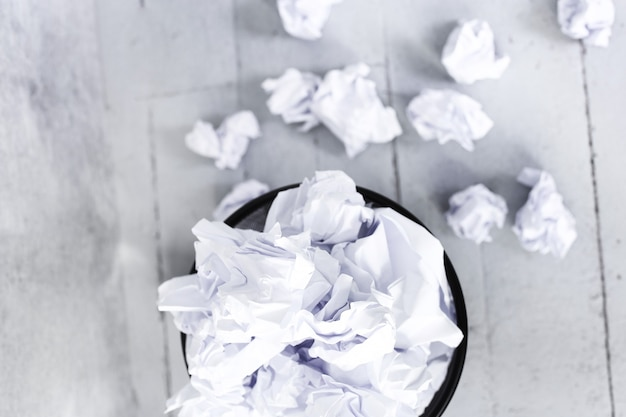 Papier blanc dans la poubelle
