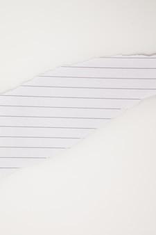 Papier blanc déchirant