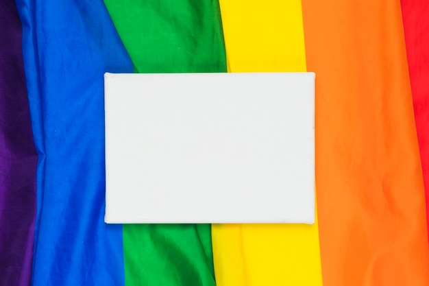 Papier blanc sur drapeau arc-en-ciel