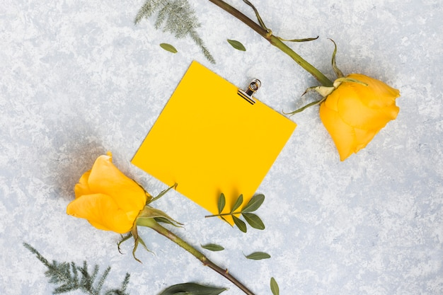 Papier blanc avec des fleurs roses sur la table