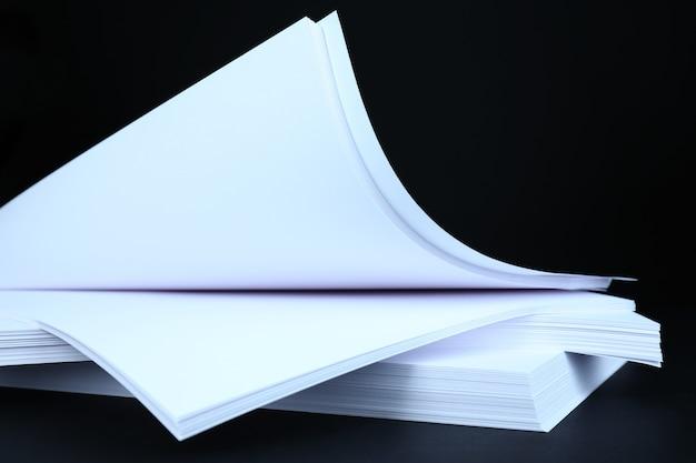 Papier blanc sur gros plan noir