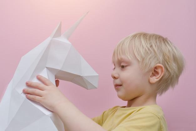 Papier blanc licorne et petit garçon blond