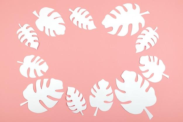Papier blanc monstera feuilles sur rose