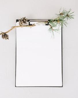 Papier blanc orné d'une branche de sapin