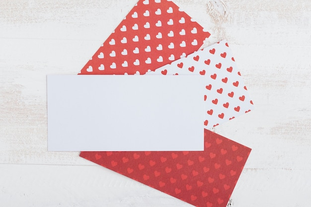 Papier blanc avec papiers à motif coeur