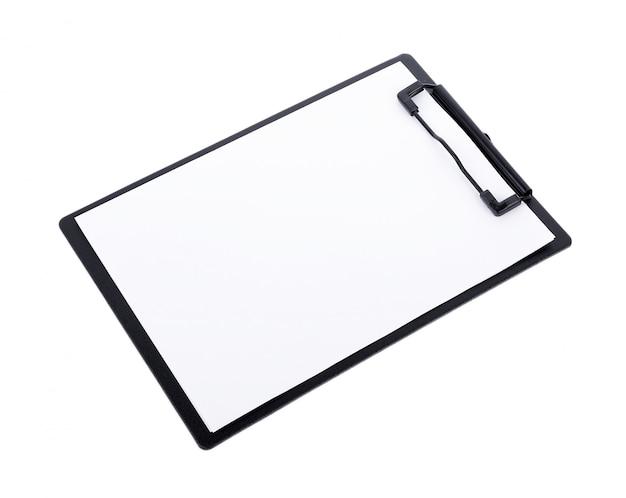 Papier blanc sur le presse-papiers noir avec espace sur blanc