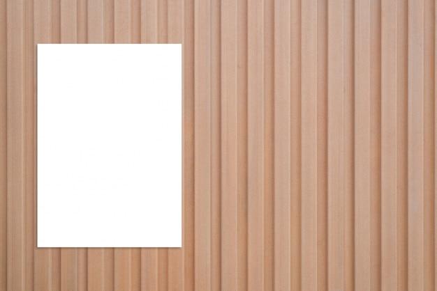 Papier blanc sur une surface en bois