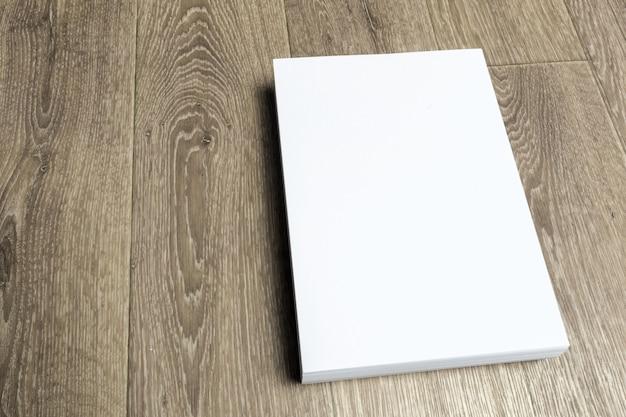 Papier blanc sur une table en bois
