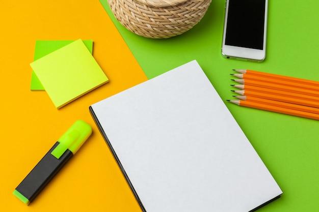 Papier blanc avec un téléphone intelligent sur la vue desk.top, poser à plat