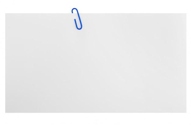 Papier blanc avec un trombone bleu isolé sur blanc