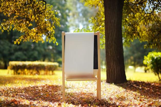Papier blanc vide au tableau en bois, retour au concept de l'école
