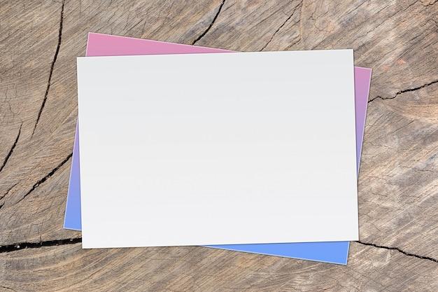 Papier blanc vierge sur fond en bois ancien pour la saisie de texte.