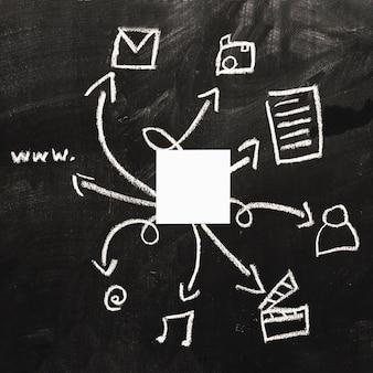 Papier blanc vierge sur le jeu d'icônes web dessiné sur le tableau noir