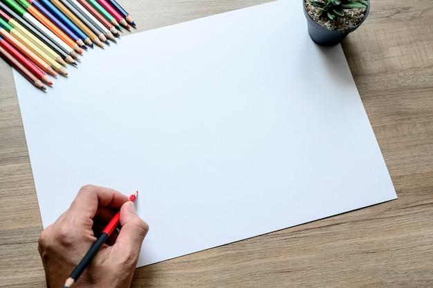 Papier blanc vierge pour croquis, projets dessinés à la main, papier blanc maquette sur table en bois