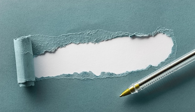 Papier bleu déchiré avec un espace pour votre texte se bouchent