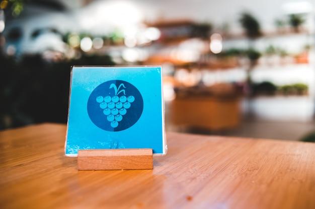 Papier bleu avec symbole raisin