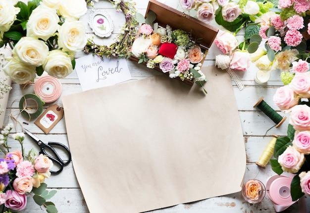 Papier bouquet blanc sur atelier de table de fleuriste