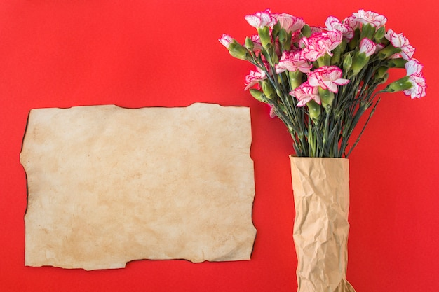 Papier et bouquet de fleurs merveilleuses fraîches