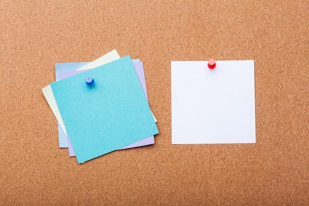Papier broche sur tableau de liège pour texte et