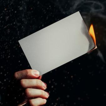 Papier brûlant, flamme réaliste avec espace de conception vierge