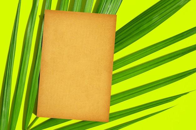 Papier brun blanc avec des feuilles vertes sur fond vert.