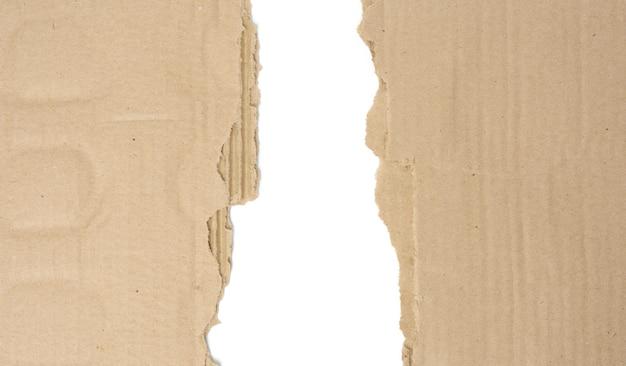 Papier brun de la boîte, bord déchiré sur fond blanc, espace copie, gros plan