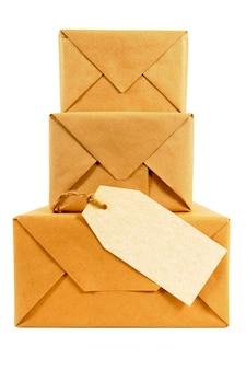 Papier brun emballé avec étiquette vierge.