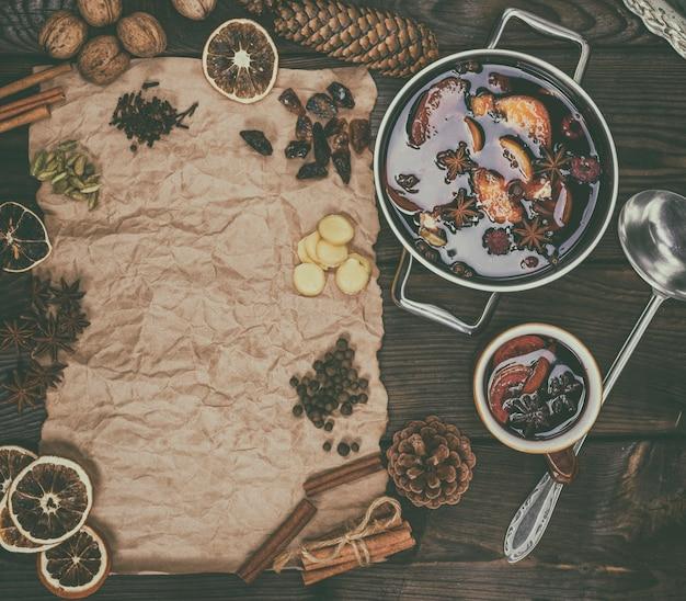 Papier brun et ingrédients pour la fabrication de vin chaud, vue de dessus