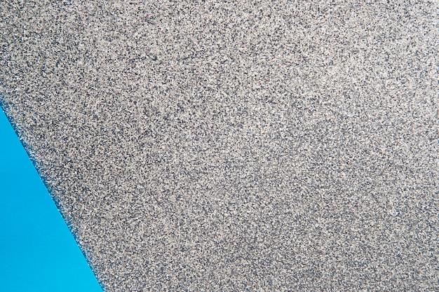 Papier carton bleu sur fond gris