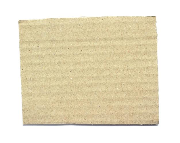 Papier carton déchiré ondulé isolé sur fond blanc