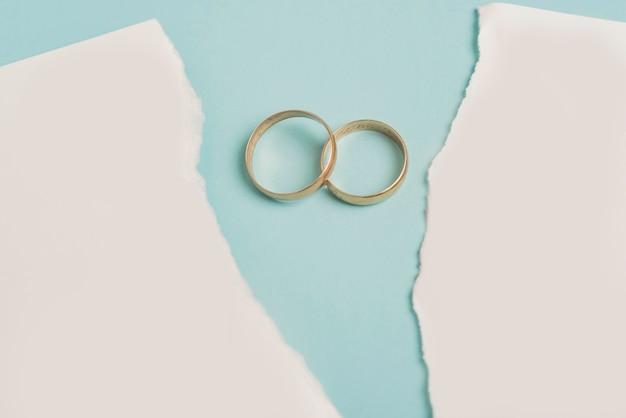 Papier cassé avec anneaux de mariage