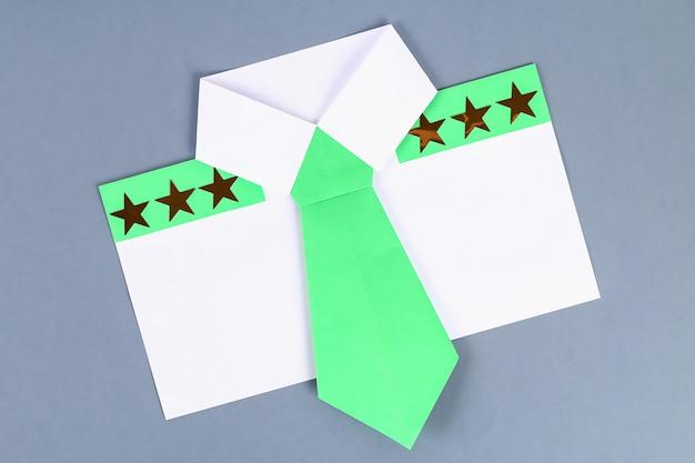 Papier de chemise blanche bricolage avec cravate verte