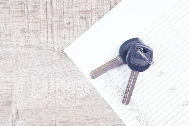 Papier et clés sur la table