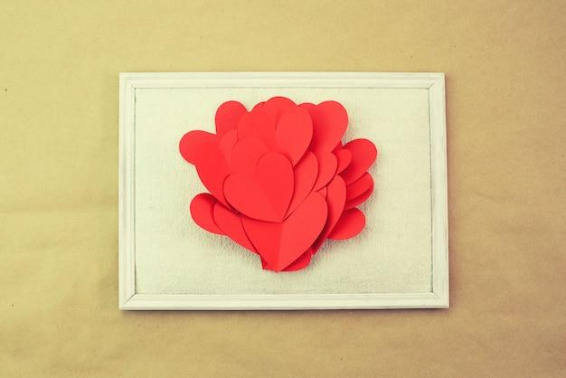Papier coeur rouge peinture espace de vue vue de dessus