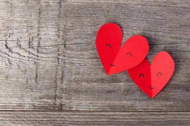 Papier coeurs saint valentin sur bois