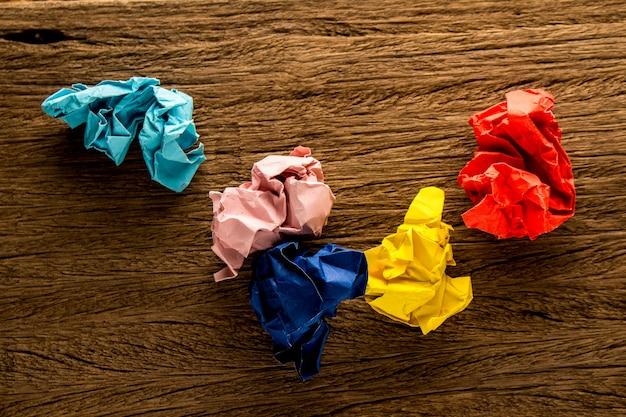 Papier coloré sur bois