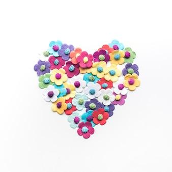 Papier coloré de fleurs coeur sur fond blanc